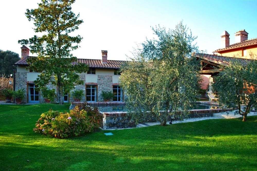 Le magnolie elegante villa con piscina situata all 39 interno for Piani di fattoria con veranda